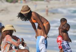 Габриэль Юнион, фото 1133. Gabrielle Union in bikini on a beach in Miami, december 22, foto 1133