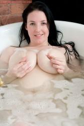 Angie y sus grandes gomas dandose un baño