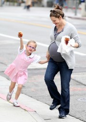 Дженнифер Гарнэр, фото 8410. Jennifer Garner and Violet out for a snack in Santa Monica, february 7, foto 8410