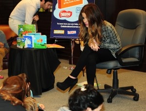 Кейт Бэкинсэйл, фото 8608. Kate Beckinsale The Nestle Share the Joy of Reading Program in LA, 01.03.2012, foto 8608