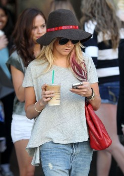 Эшли Тисдэйл, фото 7839. Ashley Tisdale goes out with some friends Santa Monica, march 3, foto 7839