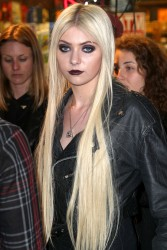 4f7037179709899 Taylor Momsen   Launch Party for Abbey Dawn By Avril Lavigne (March 13) x39