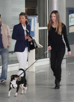 Hilary Swank - Candids arriving at Charles de Gaulle Airport, Paris | March 24, 2012 | 6x MQ