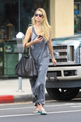 Whitney Port At A Nail & Spa Salon In Santa Monica August 16, 2012 HQ x 4